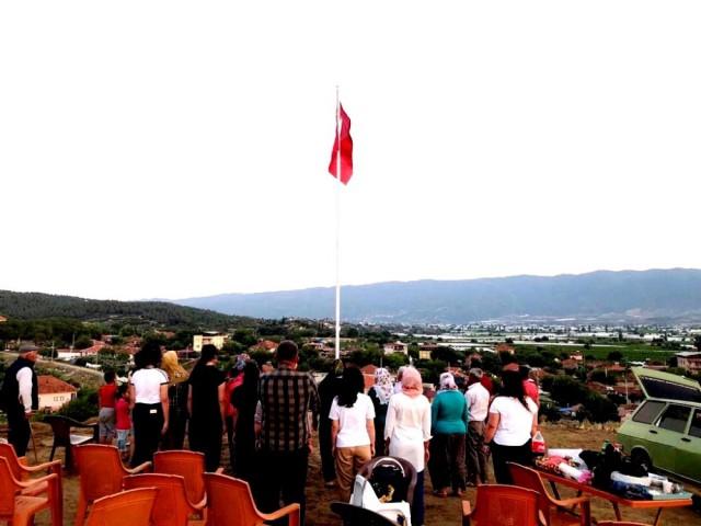 ŞEHİTLER ADINA DEV BAYRAK DİKİLDİ