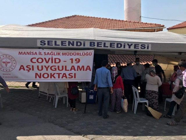 SELENDİ'DE AŞI ÇADIRINA YOĞUN İLGİ