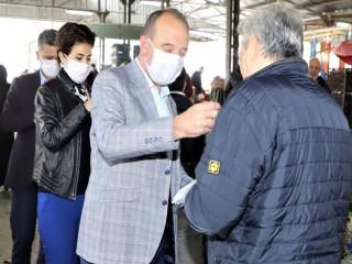 BAŞKAN'DAN PAZARCILARA ÜCRETSİZ MASKE